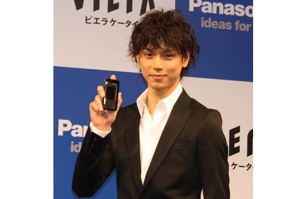 パナソニック2009年夏モデル「P-07A」の広告キャラクターに起用された水嶋ヒロさん