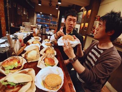 関西ハンバガーブラザーズこと、ブロガー隼人さん(左)と、関西ウォーカー編集部の藪(右)が食べくらべ!