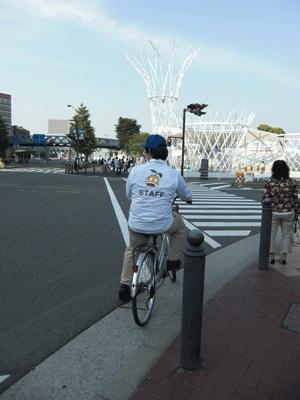 自転車で移動中のスタッフ。お疲れ様です