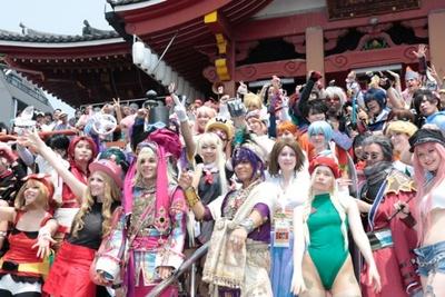 【写真を見る】大須のシンボルである、大須観音に集結し笑顔を振りまく各国代表のコスプレイヤーたち