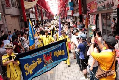 パレードの先頭を歩くブラスバンド隊