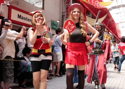 「大須夏まつり」のうちわを片手に笑顔を振りまく、ドイツ代表のコスプレイヤー