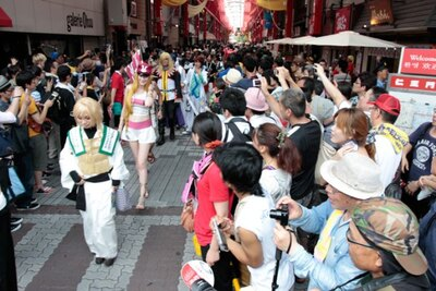 """""""名古屋の秋葉原""""とも言われる名古屋市最大の商店街、大須商店街には、大勢の観客が詰めかけた"""