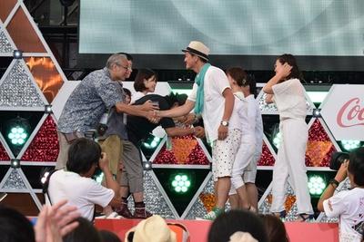 受賞者と握手を交わすインスタグラマーたち