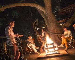 焚き火を囲みながら、気の合う仲間と過ごすひととき