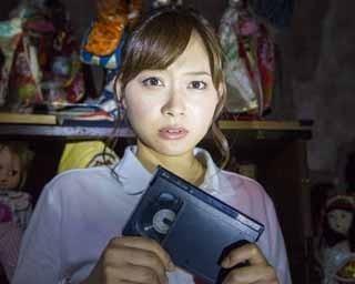 ビデオを握りしめる久冨アナ。「お化け屋敷に慣れている私でも怖かったです」