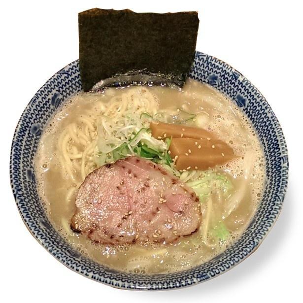 オススメの「濃厚しおらーめん」(750円)。天然塩、豚骨と鶏ガラのスープが濃厚(まごころ厨房 東陽町本店)