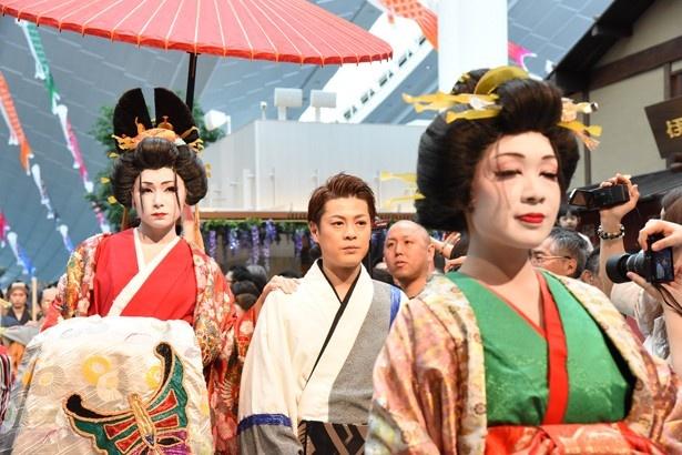 【写真を見る】花魁道中は江戸趣味満点
