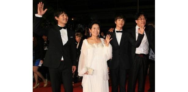 左から:チン・グ、キム・ヘジャ、ウォンビン、ポン・ジュノ監督