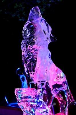 氷像彫刻パフォーマンスは8月13日(木)~15日(土)に開催。氷の柱で動物の彫刻を制作する