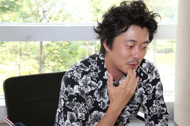 【写真を見る】ゴリライモのことを「本当にいい人ですよ」と語る新井浩文