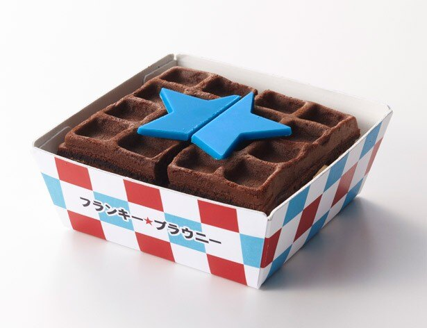 青い星形のチョコレートをあしらった「フランキー★ブラウニー」(500円)。ザクザク食感のチョコチップがたっぷり入った、バタークリームをサンド