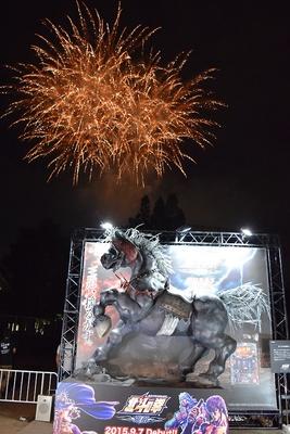 【写真を見る】花火をバックにいななく、黒王号の巨大像
