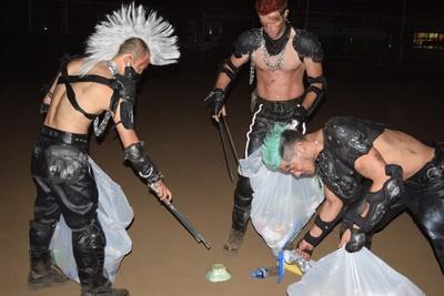 花火大会終了後、ゴミ拾いに勤しむヒャッハー隊