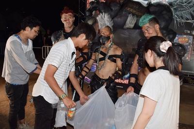ゴミ袋を手に、空き缶やペットボトルを回収してまわる一幕も