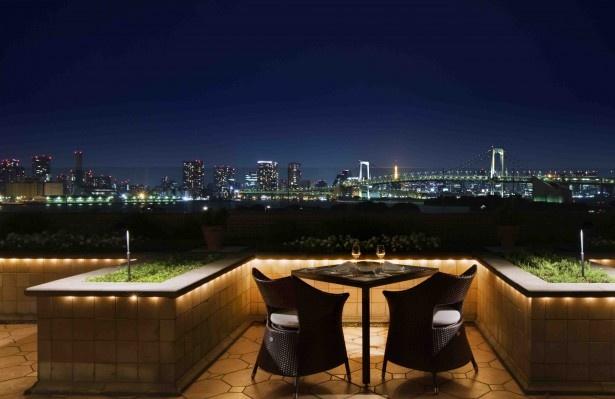 【写真を見る】東京湾の夜景を目の前に、ロマンチックなプロポーズを