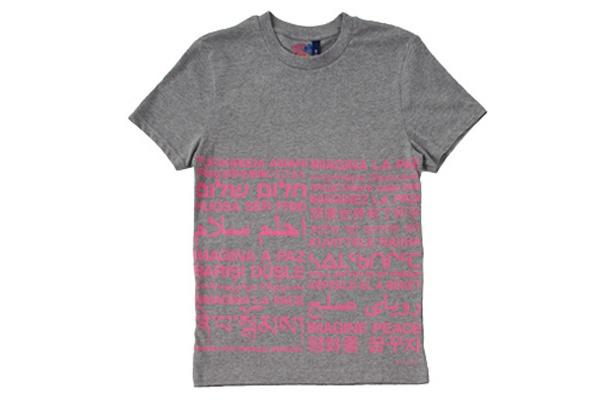 「IMAGINE PEACE」のメッセージ入りTシャツ(2490円)