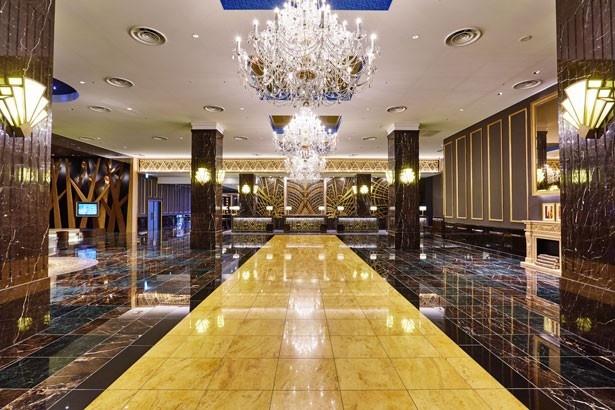 【写真を見る】別世界への入り口のような豪奢なシャンデリアがきらめく、3階「ニューヨークロビー」