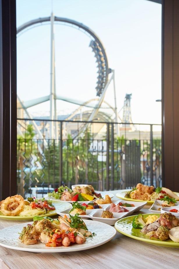 レストランのテラス席からは、パークのコースターを間近で見られる