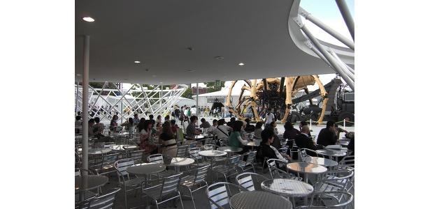 黒船レストランの席からラ・マシンを眺める人たち