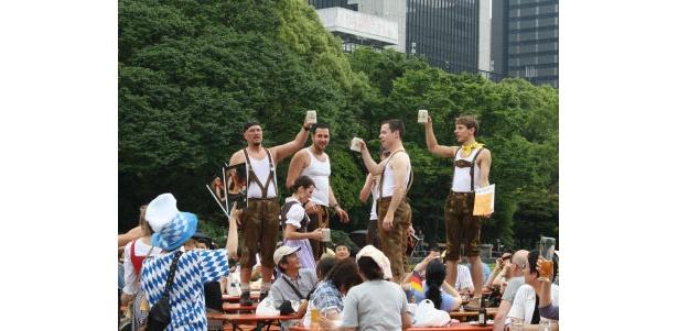 ドイツ楽団と一緒にビールで乾杯!