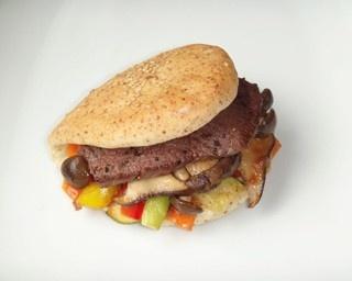 「Yurucafe木楽楽」(ユルカフェキララ)の「たっぷり野菜とビーフステーキのパーカーハウスサンド木楽楽風」は、小麦胚芽入りの生地にゴマをのせて焼いたもの