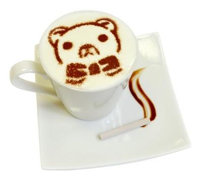 """【写真を見る】大きなクマのぬいぐるみ""""鈴木さん""""が描かれた「鈴木さんのラテアート」(500円)"""
