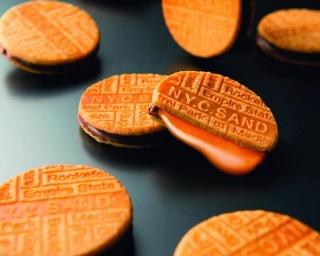 サクサククッキーとチョコとキャラメルのハーモニーがたまらない!N.Y.C.SAND「N.Y.キャラメルサンド(8 個入り)」(1080円)