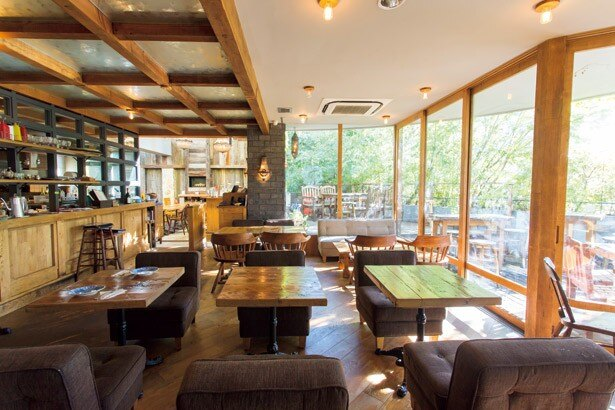 木漏れ陽が気持ちよい、アーヴィングプレイスのテラス席。四季の移ろいを楽しめる、東京では貴重な空間だ
