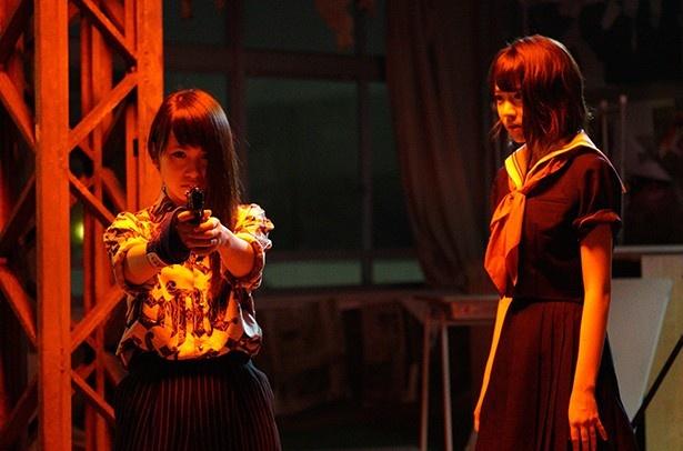 マジ女を卒業したバカモノ(川栄李奈)は拳銃を手に何をする!? さくら(宮脇咲良)はそんなバカモノを心配する