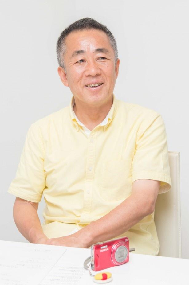 """""""オムライス教授""""こと岸本好弘さんは、オムライスをイメージした黄色のシャツと、ケチャップを思わせる鮮やかな赤いデジカメがトレードマーク"""
