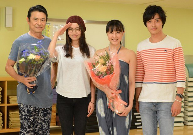 ドラマ「婚活刑事」でクランクアップを迎えた伊藤歩(写真左から3人目)、升毅(左端)と、現場に駆けつけた森カンナ(左から2人目)、栗山航(右端)