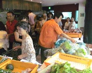 今年で3年目の野菜市は開店前から行列ができるほど人気