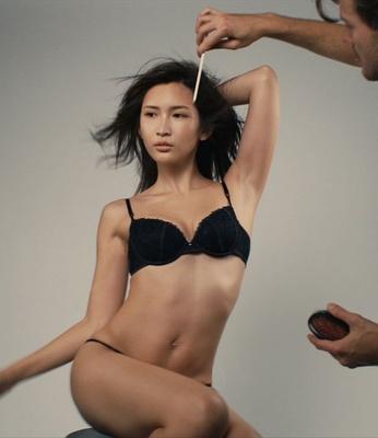 【写真を見る】目指すはフランスの女優!肩の力を抜いたセクシーな紗栄子