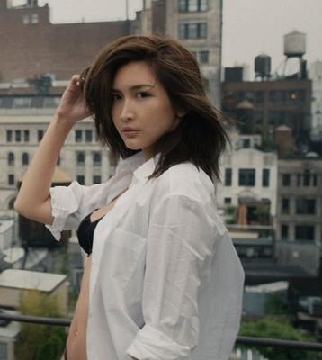 ブラの上に、白シャツだけをゆったりと羽織った紗栄子