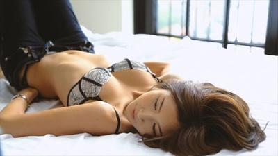 紗栄子がデニムを履くオシャレなワンシーン