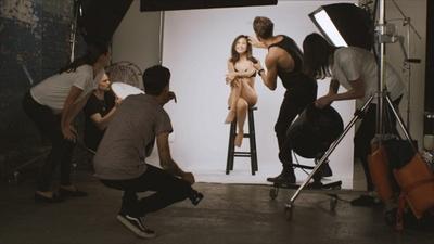 スタジオ撮影中、ヘアメイクを直してもらっている可愛らしい笑顔の紗栄子