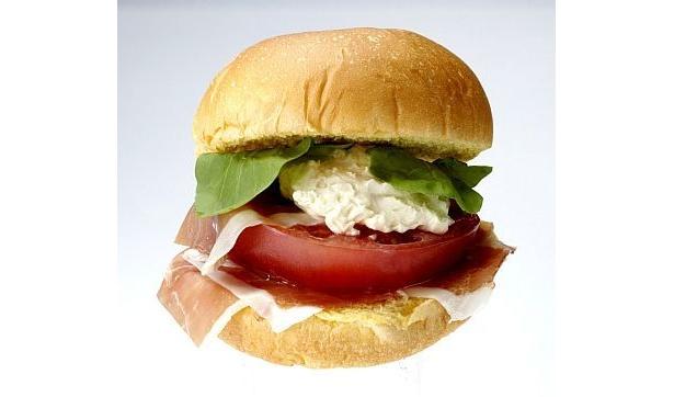 """スペインの生ハム""""ハモンセラーノ""""、特製クリームチーズ、ルッコラ、トマトを合わせた贅沢な冷製サンド"""