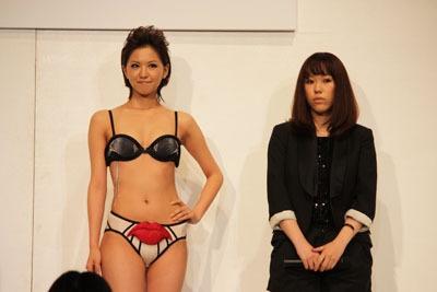 Under Skinを身にまとう2009トリンプ・イメージガール西内裕美さんと、デザインをした松尾みどりさん