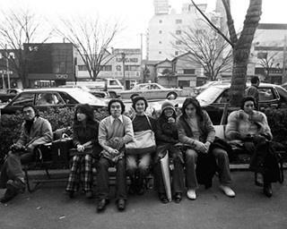 原宿セントラルアパートの一角にあった喫茶店「レオン」前に集まる若者たち