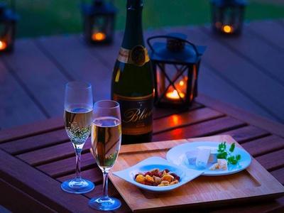 【写真を見る】月見のお供に、スパークリングワインや北海道のチーズを