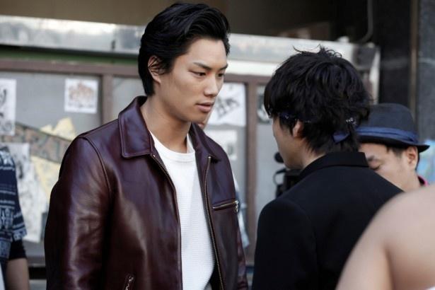 ヤマト(鈴木伸之、写真左)は、鬼邪高の頭・