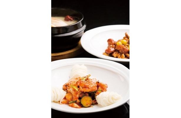 一品料理も豊富。「白キムチそうめん」(手前¥1500)、「岩手県いわい地鶏と木の実の甘辛ガンジョン」(奥¥3500)