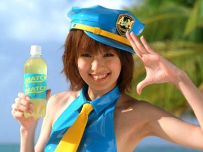 アッキーナこと南明奈さんがポリス姿で登場するのは、微炭酸飲料「マッチ」の新CM