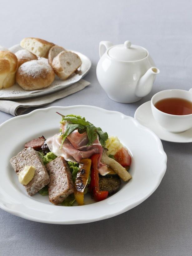 パテ・ド・カンパーニュ、バジルケーゼ、合鴨のスモーク、プロシュートの4種類の肉を盛り合わせた「フレンチサラディエール」(紅茶付き・1800円)。ワインにもよく合うひと皿