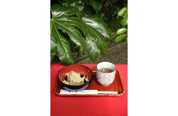 休憩にぴったりな「雪月花」のくず餅(500円、ほうじ茶付き)