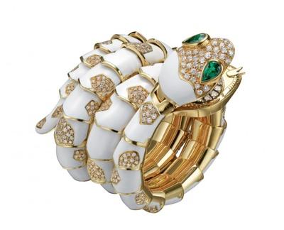 【写真を見る】ゴールドとダイヤモンドを配した「セルペンティ(蛇)」のブレスレットウォッチ(1970年頃)