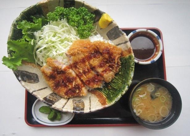 阿武隈高原SAの「エゴマ豚ロースカツ丼」(980円)