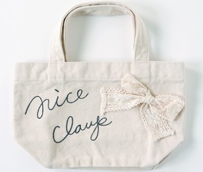 リボンをオンしてさりげなくガーリーな印象を演出したNICE CLAUP「ミニエコバッグ」1050円