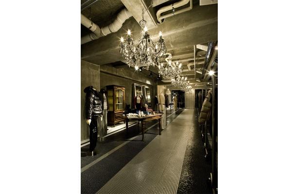 チープ&ゴージャスをテーマにプラスチック素材を使用したシャンデリア(126.000)や2m40もある大きな鏡(247.800)など、内装に使われた家具は買うこともできる